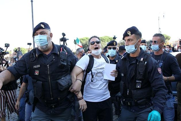 Han portado banderas de Italia y pancartas con mensajes como