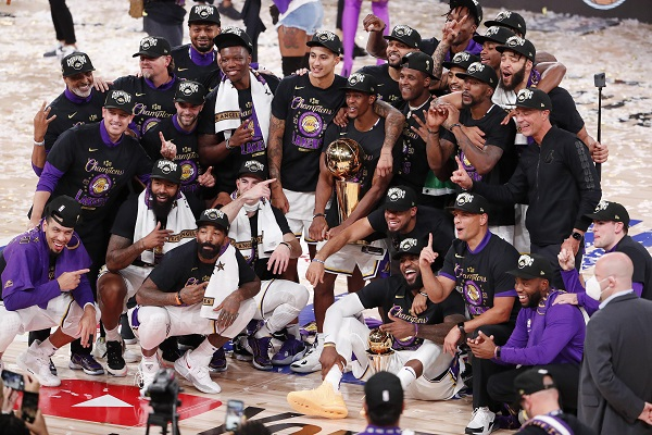 Jugadores de los Lakers festejan. Foto:EFE