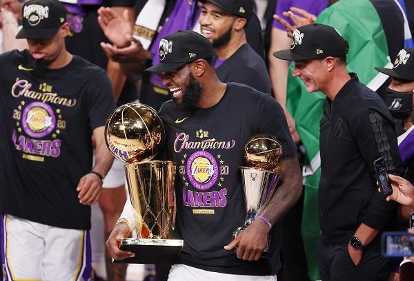 LeBron James con su cuarto premio de Jugador Más Valioso (MVP). Foto:EFE