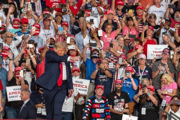 El presidente estadounidense arribó al que es su primer gran acto de campaña tras haber contraído COVID-19 pocas horas después de que su médico en la Casa Blanca, Sean Conley, firmara un memorando en el que señaló que Trump