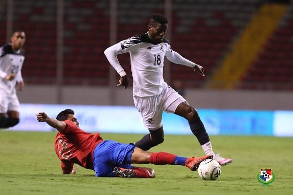 José Fajardo (der.) en el partido ante los costarricenses. Foto:Fepafut