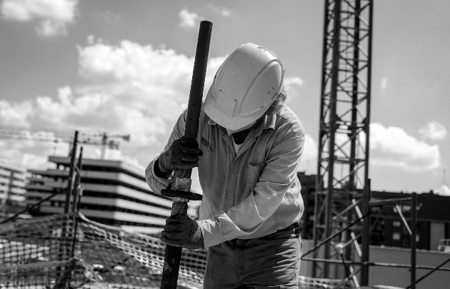 Las empresas tendrían que reducir dividendos o vender acciones al Estado, de tal forma que no se despidan más trabajadores. Foto: EFE.