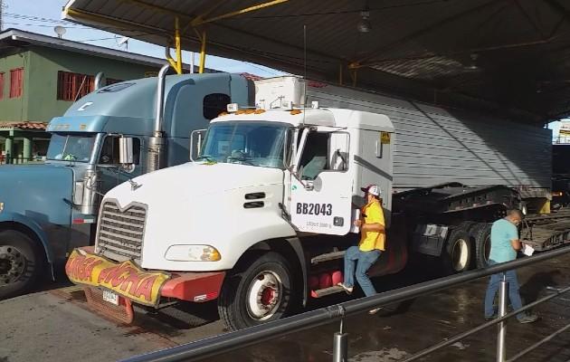 La movilización se inició de manera muy rápida, cada 10 minutos dos articulados pasan por la aduana en ambas direcciones para tratar de descongestionar la vía Panamericana en la que se mantienen apostados estos transportistas.