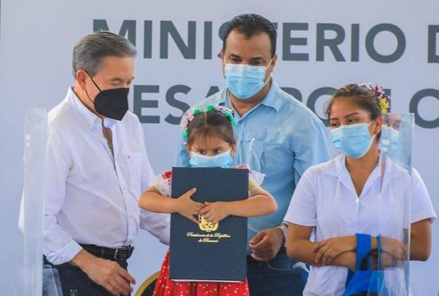 El presidente Laurentino Cortizo (izq.) sancionó la  Ley de Protección Integral a la Primera Infancia y al Desarrollo Temprano.