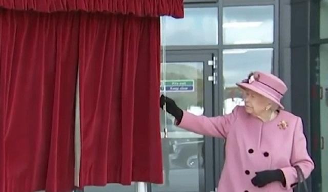 Elizabeth II visitó el Laboratorio de Ciencia y Tecnología de Defensa en Porton Down cerca de Salisbury con su nieto, el príncipe William.