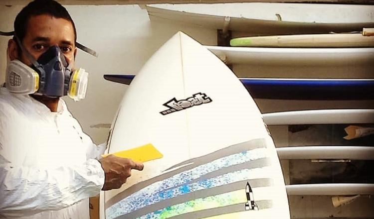 Evelio Castillo es un referente de las tablas de surf.