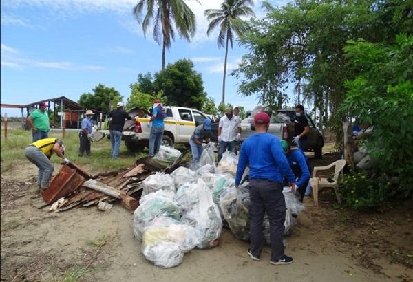Limpieza de playa en Los Santos realizada por funcionarios del Ministerio de Ambiente (MiAmbiente).