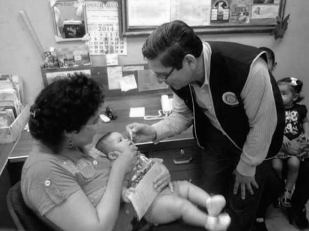 El actual Gobernador Rotario, Amilcar Cerrud, administra una dosis de vacuna oral contra la polio y otras 5 enfermedades prevenibles con vacunación. Foto: Cortesía.