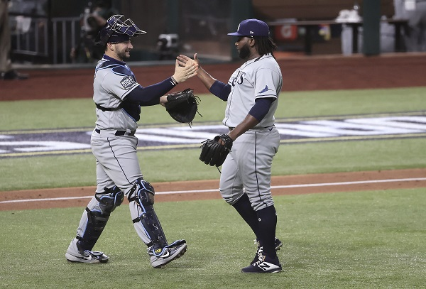 El lanzador Diego Castillo del Tampa Bay (der.) celebra con el receptor Mike Zunino. Foto:EFE