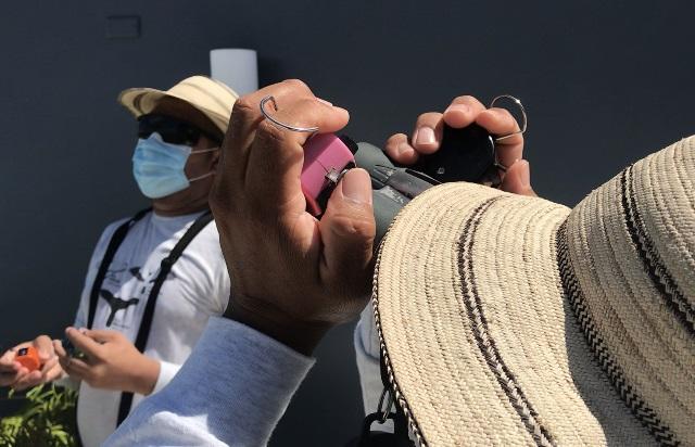 Con un contador (clicker) en la mano, Domiciano Alveo y Ovidio Jaramillo registran la cantidad de grupos de aves rapaces migratorias. Foto: Elisinio González G.