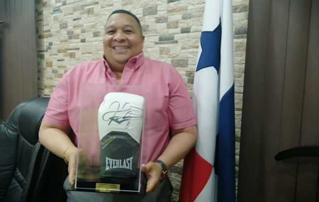 El alcalde Alex Lee muestra el guante autografiado por Floyd Mayweather Jr. Foto: Diómedes Sánchez S.