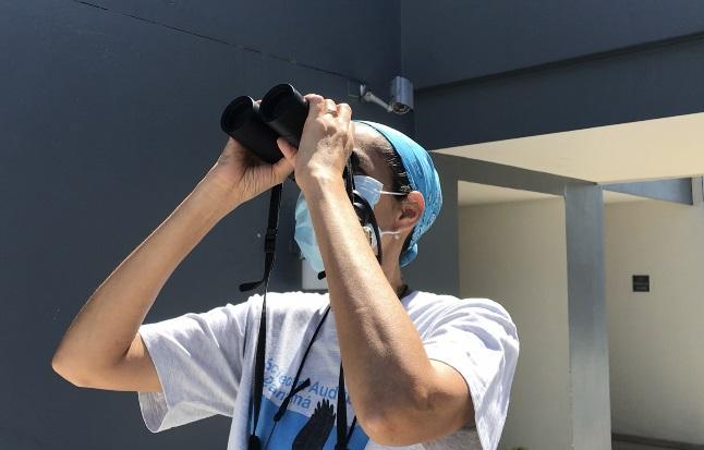La directora ejecutiva de Audubon Panamá, Rosabel Miró, monitorea el vuelo de las aves rapaces. Foto Elisinio González G.