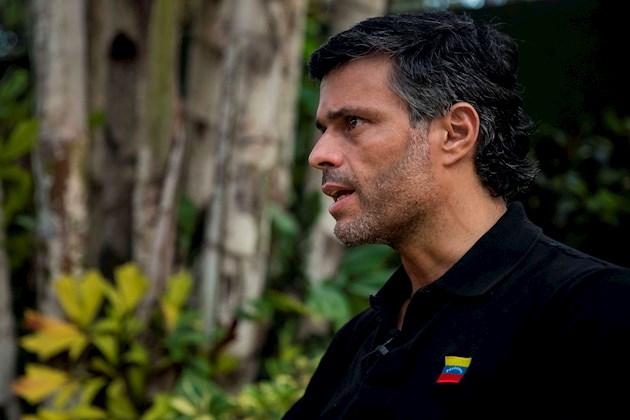 Pese a los mensajes, las dudas aumentaron cuando por la noche, efectivos del Servicio Bolivariano de Inteligencia (Sebin) registraron un edificio de viviendas en el que reside personal diplomático y de las fuerzas de seguridad españolas, al parecer en busca de López.