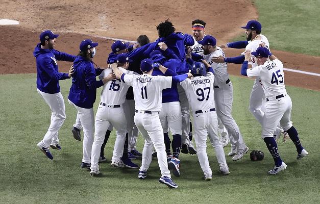 Jugadores de los Dodgers festejan. Foto:EFE