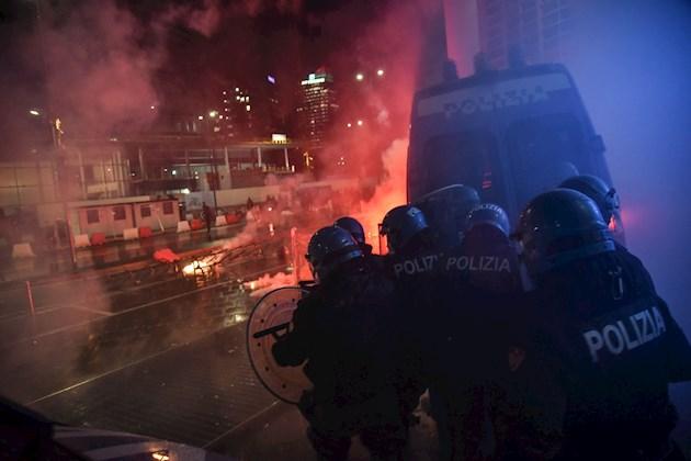 Los empresarios que se manifestaron en las varias ciudades italianas para protestar por los cierres han tomado distancias de estos episodios de violencia.