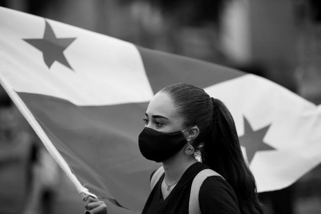 Hay que inculcarles, desde pequeños, a nuestros hijos el amor por nuestra bandera y el significado de sus colores. Foto: EFE.
