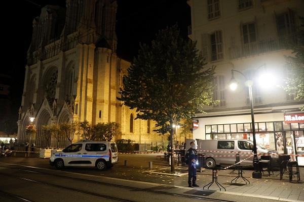 El jefe de la diplomacia francesa, Jean-Yves Le Drian, lanzó un mensaje de alerta a todos los franceses que se encuentran en el extranjero para que estén atentos porque la amenaza de que sean objeto de atentados también es