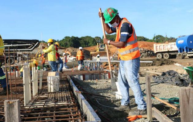 El vaciado de concreto para la fundación duró unas cuatro horas; a mediados de enero estará listo el primer edificio. Foto: Diómedes Sánchez S.