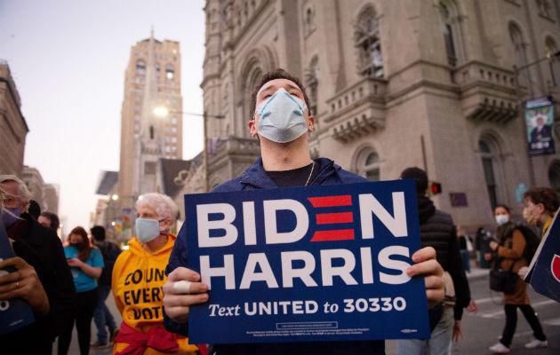 Un simpatizante de Joe Biden muestra su apoyo al candidato demócrata en Philadelphia, Pennsylvania. Foto: EFE.