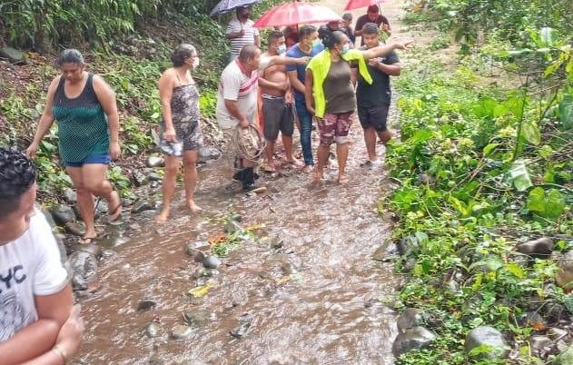 El Servicio Nacional Aeronaval (Senan), rescató 5 personas atrapadas en los árboles en el área de Quebrada Grande, San Isidro tras las inundaciones que se han registrado en la provincia de Chiriquí.