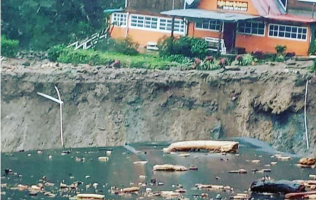 Vista de la magnitud del daño en la carretera colapsada. Foto: Mayra Madrid.