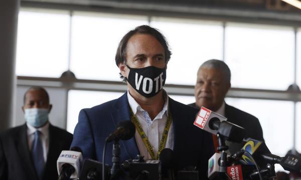 El director de elecciones del condado de Fulton, Richard Barron, habla con la prensa en el State Farm Arena en Atlanta, Georgia. Foto: EFE
