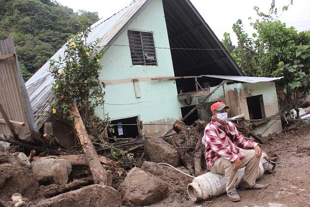 Viviendas y calles quedaron destrozadas por las lluvias e inundaciones tras el paso de Eta, en el distrito de Tierras Altas, en la provincia de Chiriquí. Foto: EFE