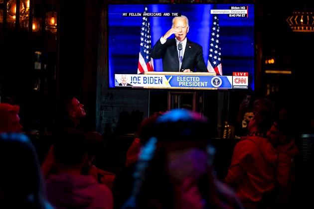 La propagación incontrolable del coronavirus coincidió de pleno con la campaña electoral, aunque Trump inicialmente minimizó la gravedad de la situación.