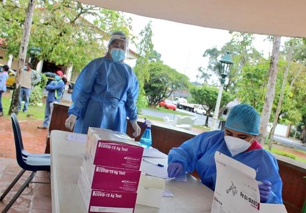 Personal del Minsa realiza pruebas rápidas de COVID-19 en el Parque San Isidro del distrito de Soná.