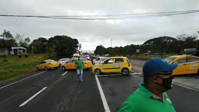 Los taxistas mantienen cerrado un paño de la vía Interamericana. Foto: Eric A. Montenegro.