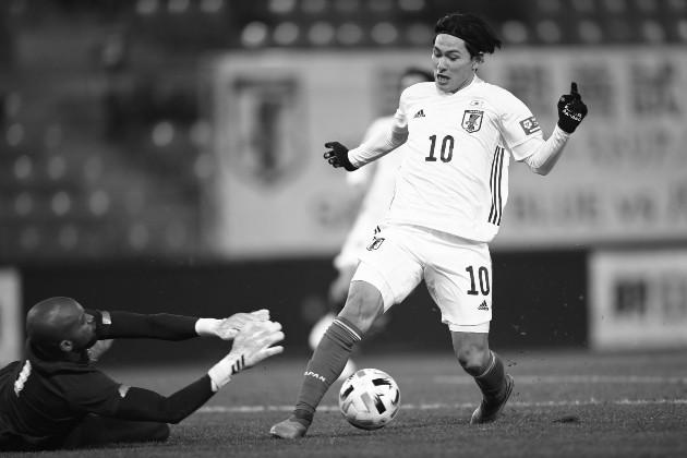 Japón ganó por la mímina, 1 gol a 0, en un accidentado segundo tiempo que dejó a Panamá con un jugador menos. Takumi Minamino, autor del gol por la vía del penal, en una jugada durante el partido. Foto: EFE.