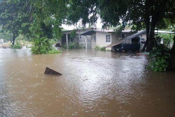 Varias calles en la provincia de Herrera fueron anegadas por las lluvias. Foto/ Thays Domínguez