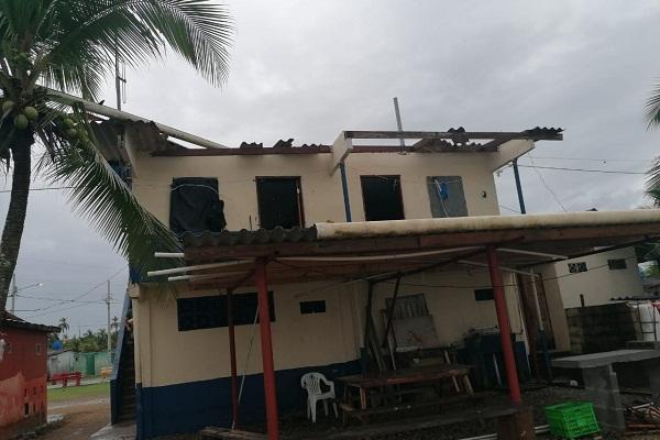 La sede del Servicio Nacional Aeronaval también resultó afectada por la voladura del techo.