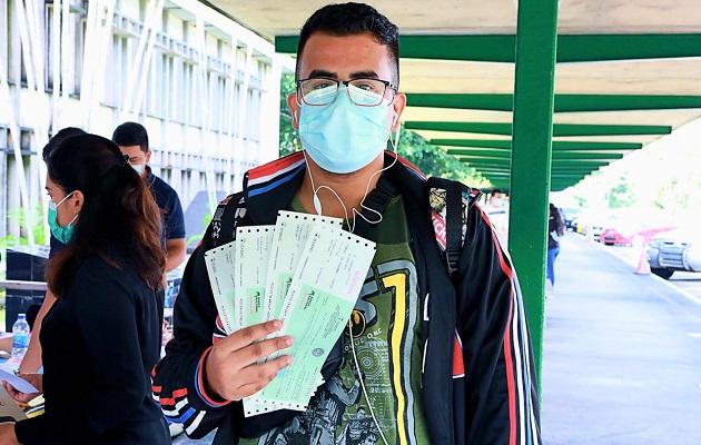Los estudiantes deben seguir las normas de bioseguridad al buscar el cheque.