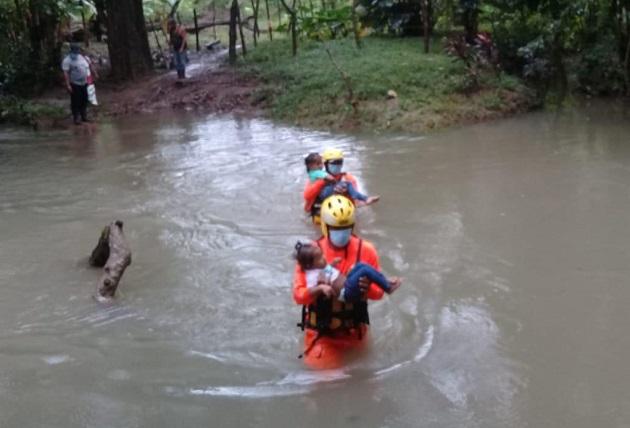 La Fuerza de Tarea Conjunta realiza evacuación de seis personas que quedaron aisladas por la crecida del río Tolerique, en Veraguas. Foto cortesía Presidencia de Panamá
