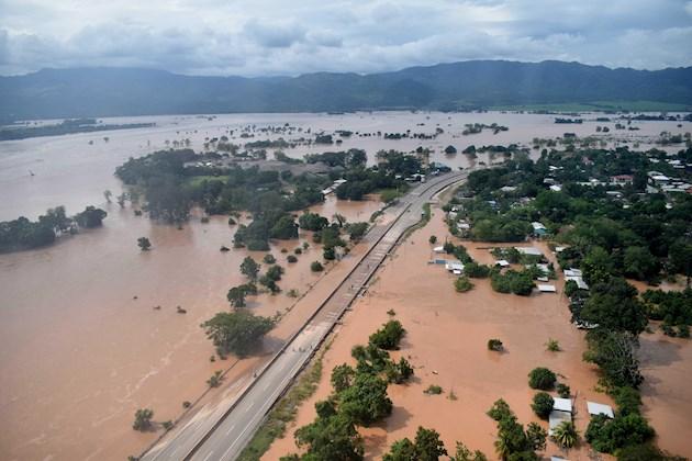 Las graves inundaciones no permiten el aterrizaje de aviones, lo que agudiza más la tragedia del país, ya que no puede recibir ayuda por vía aérea para atender a la población y otro tipo de asistencia que se requiere en la zona.