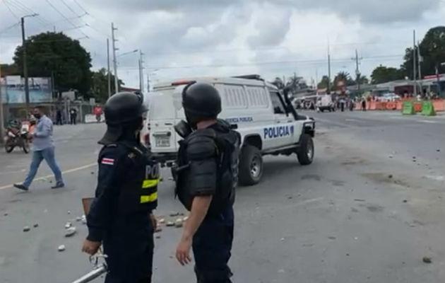 Los manifestantes tiraron piedras en contra de las unidades policiales ticas. Foto: Mayra Madrid