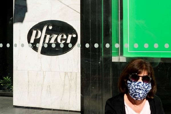 Pfizer informó en un comunicado que de aprobarse la solicitud, su vacuna podría empezar a distribuirse en diciembre por fases, comenzando por los grupos de alto riesgo, incluidos los trabajadores sanitarios, los ancianos y las personas con problemas de salud. Foto: EFE