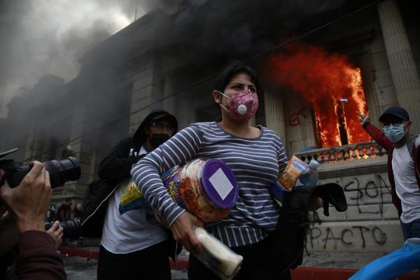 Los manifestantes fueron desalojados con el paso de los minutos mediante lanzamiento de bombas lacrimógenas por parte de la Policía Nacional Civil, obligándolos a dispersarse y evacuando la calle. Foto: EFE