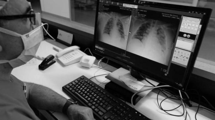 La pandemia ha modificado la atención en salud. Se han incluido teleconsultas y protocolos de atención. Foto EFE.
