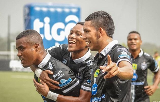 Tauro goleó a Universitario.