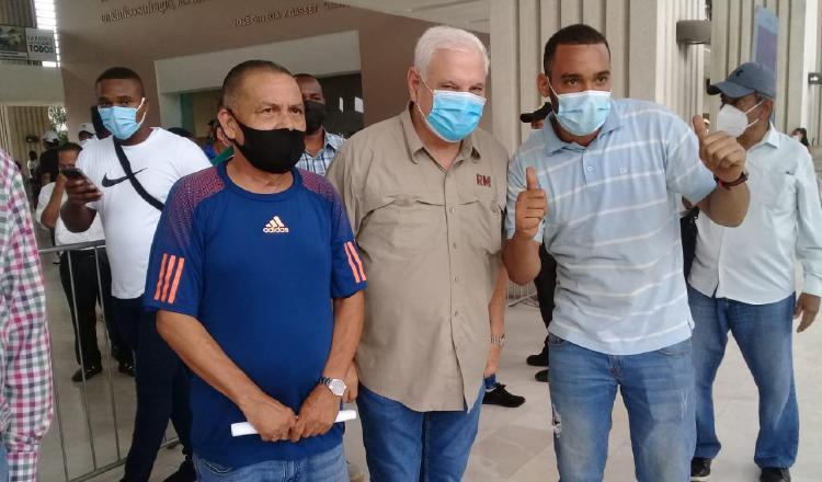 Ricardo Martinelli (centro) ha recibido el apoyo masivo de miles de panameños para formar el nuevo partido Realizando Metas. Archivo