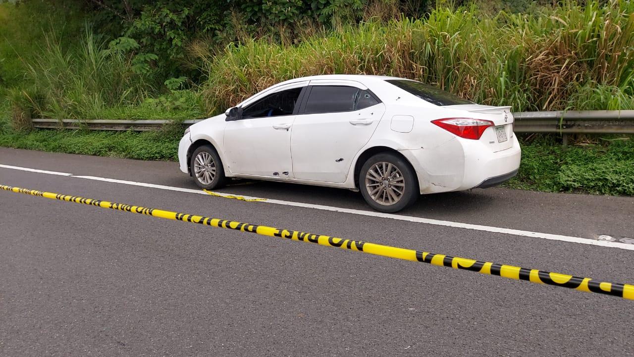 Vehículo donde viajaba el hombre herido de bala. Foto: Diómedes Sánchez S.