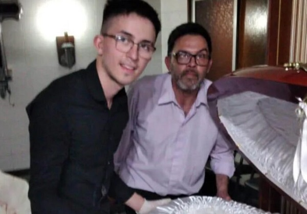 Claudio, de 48 años, y su hijo de 18, fueron captados en una imagen junto al cuerpo del ídolo que generó repudio masivo.