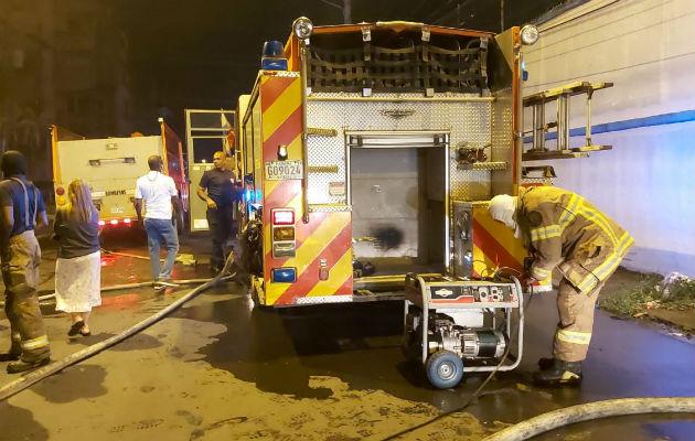 Los bomberos tuvieron que abrir la puerta corrediza de metal. Foto: Diómedes Sánchez S.