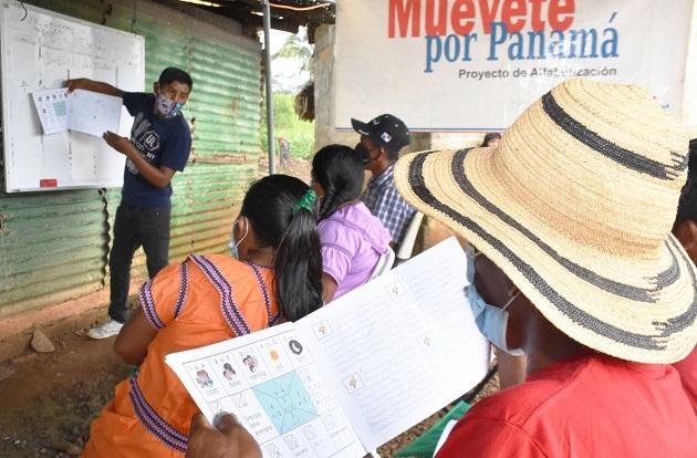 """Orlando Carpintero es un maestro voluntario del programa """"Muévete por Panamá, Yo sí Puedo"""" del Ministerio de Desarrollo Social. Foto cortesía Mides"""
