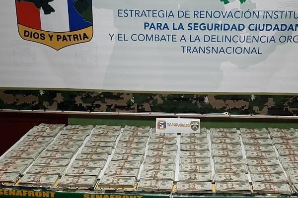 Unidades del Servicio Nacional de Fronteras dan con el decomiso dentro de un vehículo tipo camioneta de los $329,420 en denominaciones de $20.00 el cual  estaba oculto dentro de un doble fondo en el área de techo del auto.