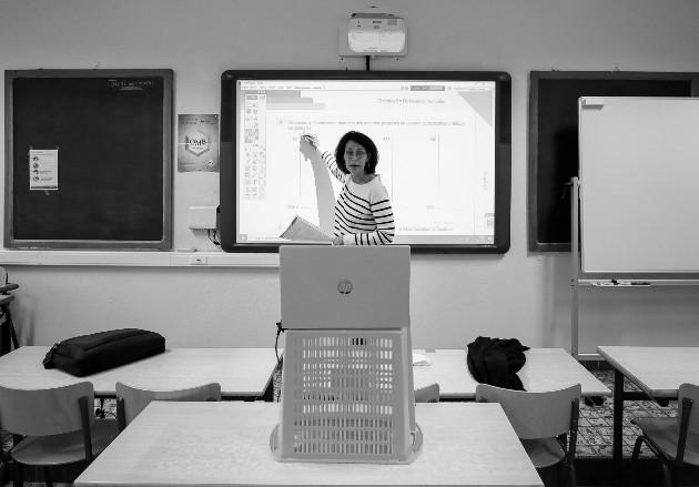 Impartir lecciones a distancia requiere más tiempo de parte del docente, pero lo hace con amor, dedicación, por vocación, con la firme convicción de que su labor no será en vano. Foto: EFE.