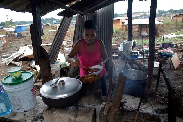 Yeisi Rodríguez, de 47 años, cocina en una casa improvisada en el terreno