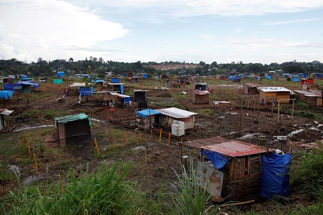 Casas improvisadas fueron levantadas por los precaristas. Foto: EFE